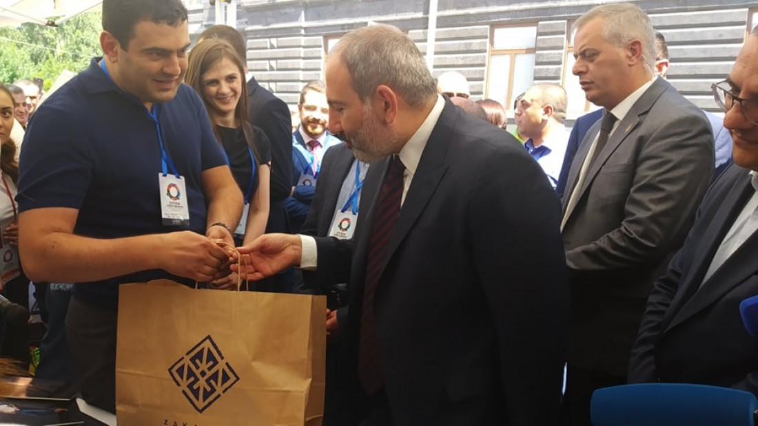 «Զաքարյան» ընկերությունը վարչապետին ջինսե տաբատ նվիրեց